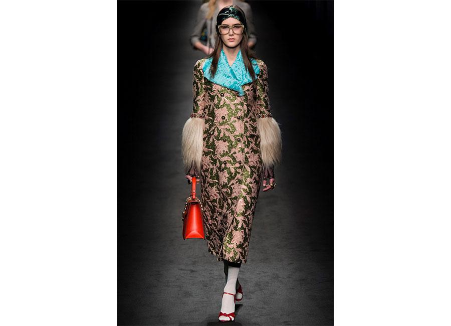 Broccato: Gucci cappotto in broccato con maniche di pelliccia e collo in agnello azzurro