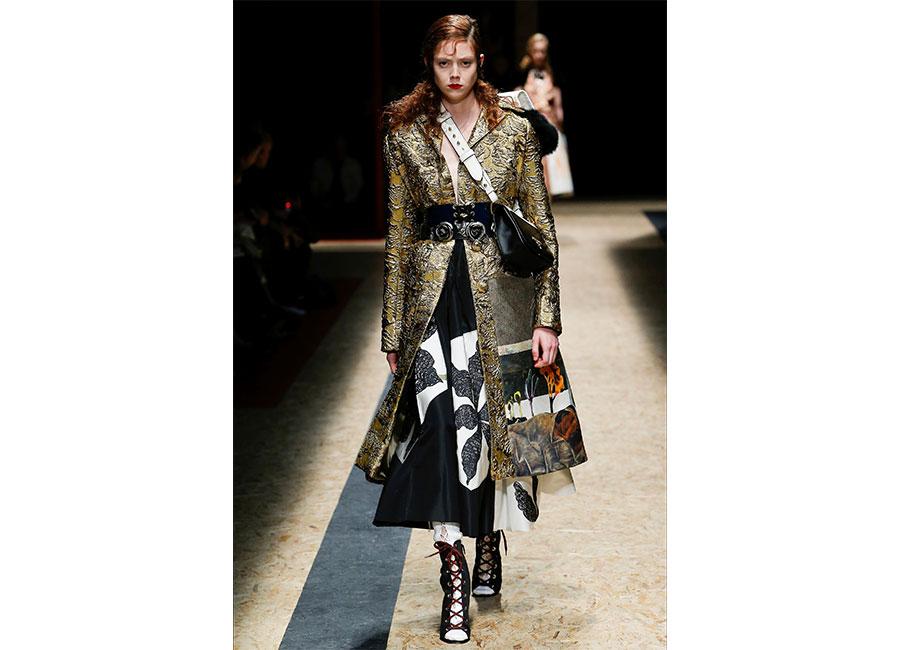 Broccato: Prada cappotto in broccato dorato lungo e strutturato fermato invita da una cintura corpetto in pelle nera