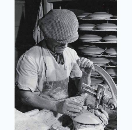 Royal Crown Derby Bone China - artigiano di inizio secolo, taglia la ceramica