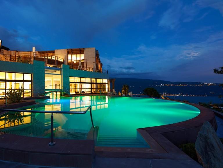 SPA Resort Lefay: dettaglio piscina in notturna