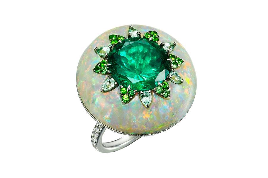 Boghoissian, Anello composto da uno smeraldo colombiano taglio tondo, tormaline, granati, un opale taglio tondo