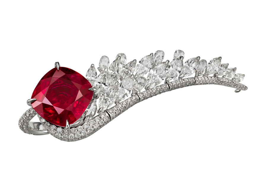 Anello Boghossian Saut d'Ange composto da un rubino, origine Siam, taglio cuscino (14,16 carati), 9 diamanti taglio marquise (4,92 carati), 6 diamanti briolette (1,68 carati), 272 piccoli diamanti taglio brillante (2,52 carati). L'ala di diamanti è removibile a seconda delle esigenze.