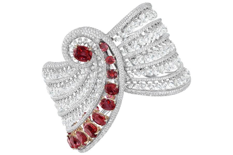 Bracciale Boghossian La Révérence composto da un rubino Burma taglio ovale (3,06), 10 rubini Burma taglio ovale (15,78 carati), 6 piccoli rubini Burma taglio ovale (3,04 carati), 243 diamanti tagli briolette (51,07 carati), 2781 piccoli diamanti taglio brillante (16,45 carati)