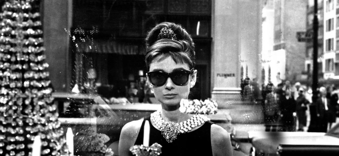 Little Black dress - abito di Hubert Givenchy indossato da Audrey Hepburn in Colazione da Tiffany è forse il più famoso di tutti i tempi LBD. (Credits Rex)