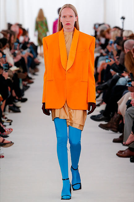 couturier balenciaga passerelle paris fashion week modella leggins blu e giacca spalle over