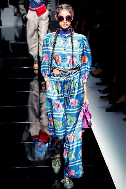 couturier emporio armani modella in passerella completo seta pantalone camicia coreana