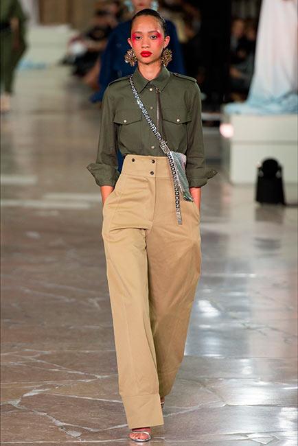 couturier kenzo modella indossa pantaloni vita alta camicia taschini