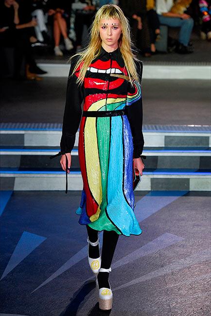 couturier olimpia le tan passerella fashion modella indossa abito con arcobaleno e bocca in paillettes ricamati