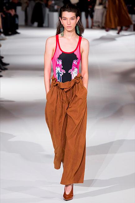 couturier-stella-mc-cartney modella sfila con costume da bagno e pantaloni cargo