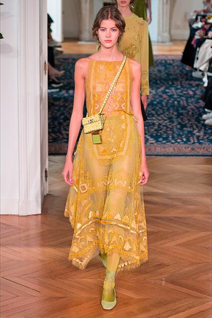 couturier, valentino, modella in passerella indossa abito in organza giallo smanicato