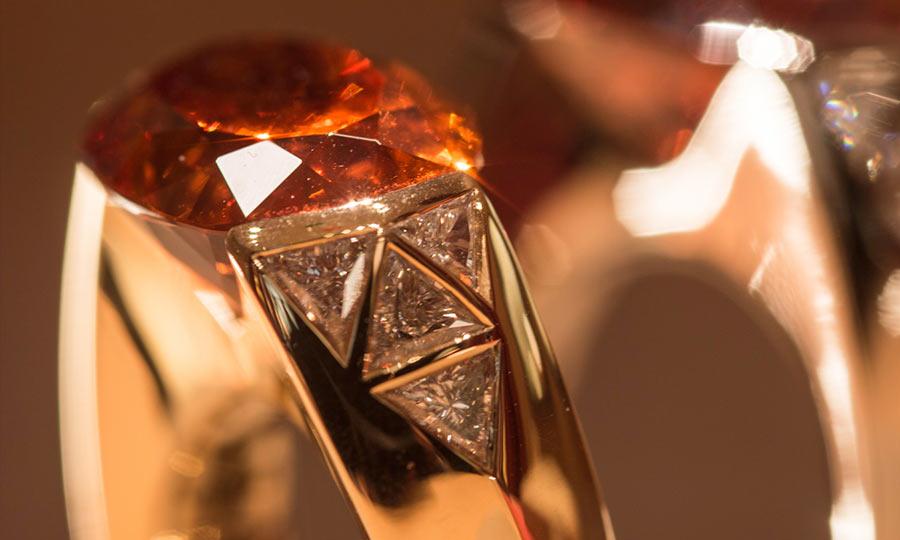 vhernier, anello flower in oro rosa, diamanti e granato mandarito ct 20.55