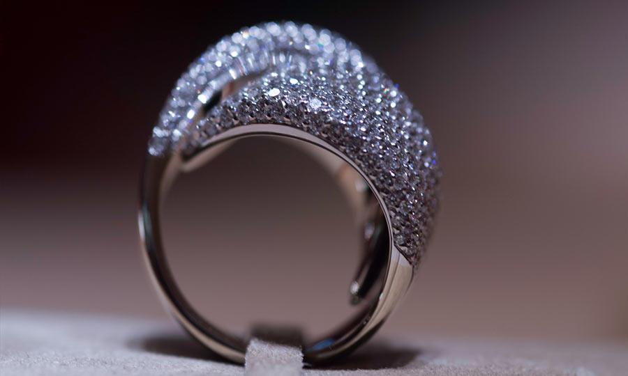 Vhernier, anello Abbraccio in oro bianco e diamanti