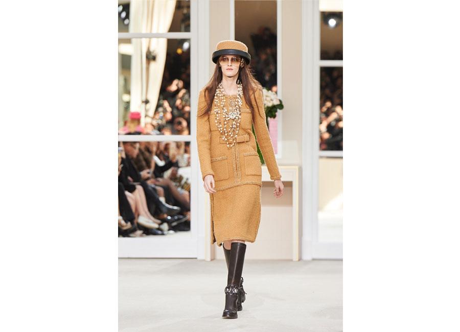 Modella di Chanel sfila con giacca di tweed