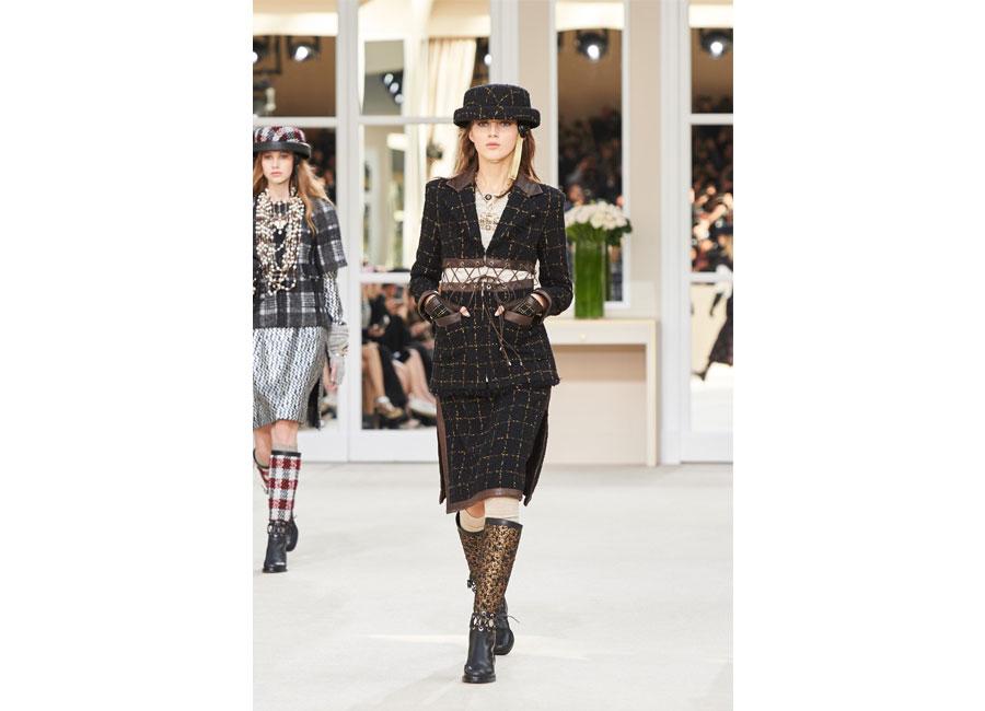 Modella di Chanel sfila con completo di tweed