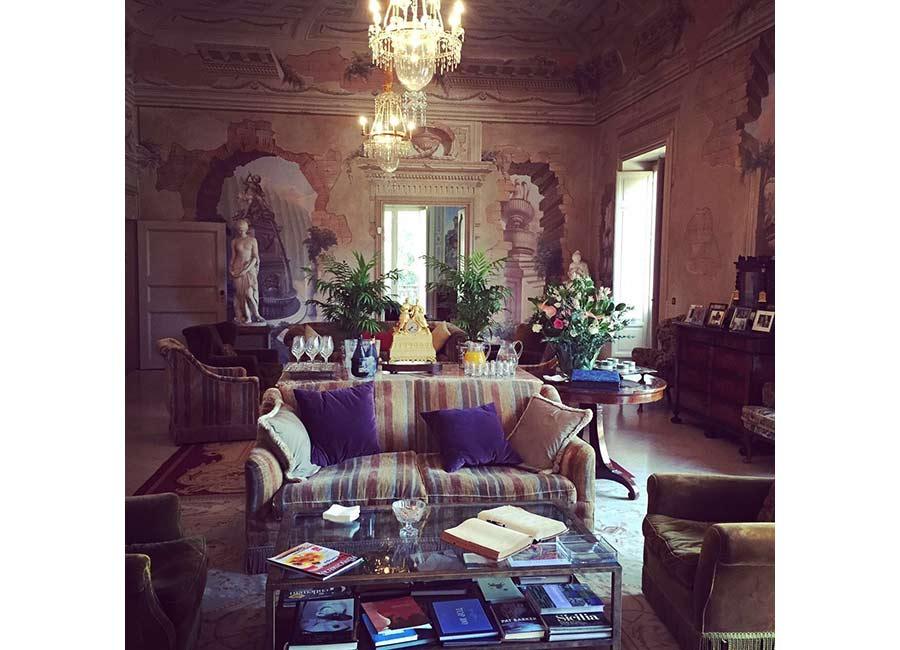 Ville di Lusso: villa tasca, salone principale con divani e poltrone. Lampadari in cristallo, statue ed affreschi.