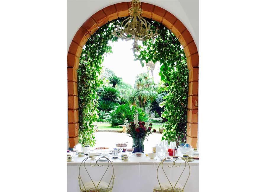 Ville di Lusso: villa tasca, scorcio verso il giardino, durante la colazione. Arco in pietra