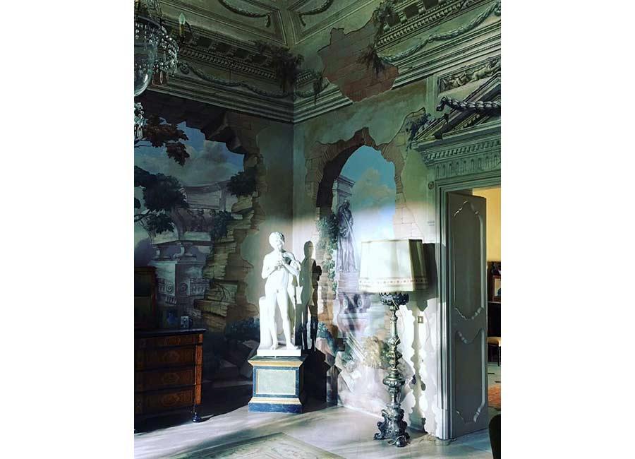 Ville di Lusso: villa tasca, un sofisticato ed artistico scorcio di una sala con statue ed affreschi