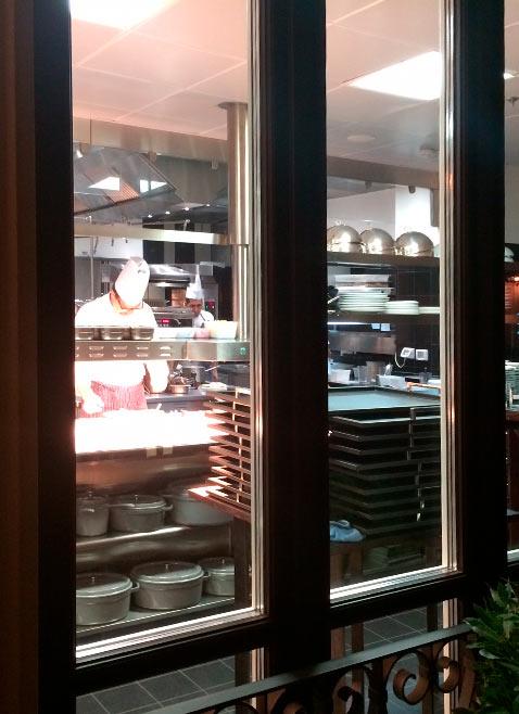 luxury hotel mandarin oriental milano, cucina ristorante seta vista da fuori
