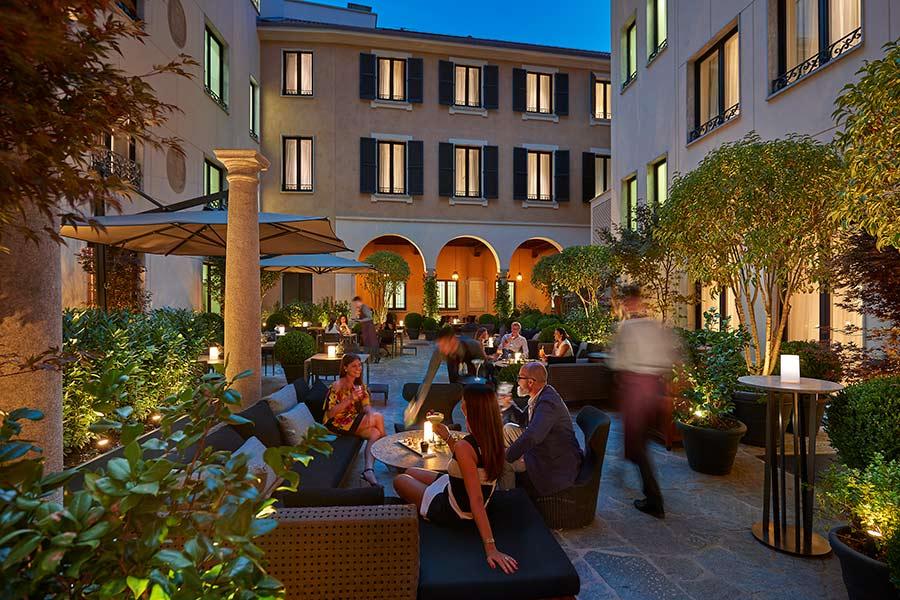 Luxury Hotel Mandarin Oriental Milan - esterno ristorante tavolini