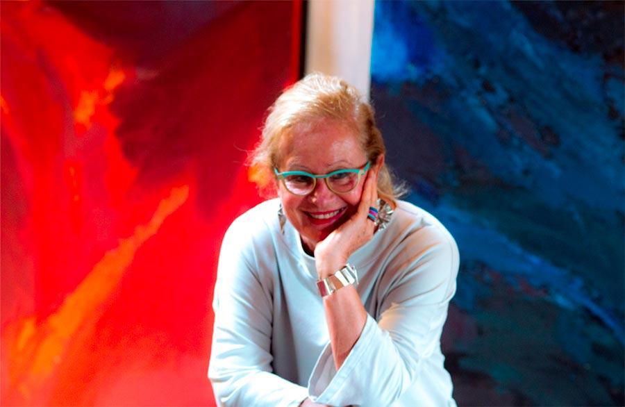 Olimpia Biasi, pittrice - in posa sorridente, appoggiata su una balaustra