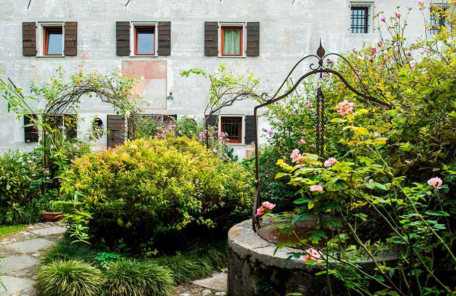 Olimpia Biasi, pittrice - la facciata della sua casa ed il giardino da lei reinventato e creato con maestria
