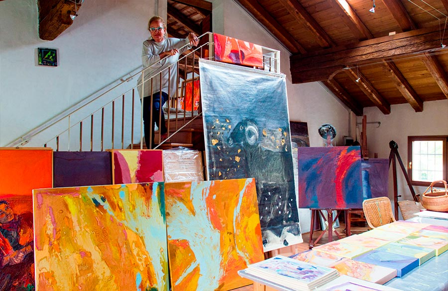 Olimpia Biasi, pittrice - scende le scale del suo studio pieno di opere