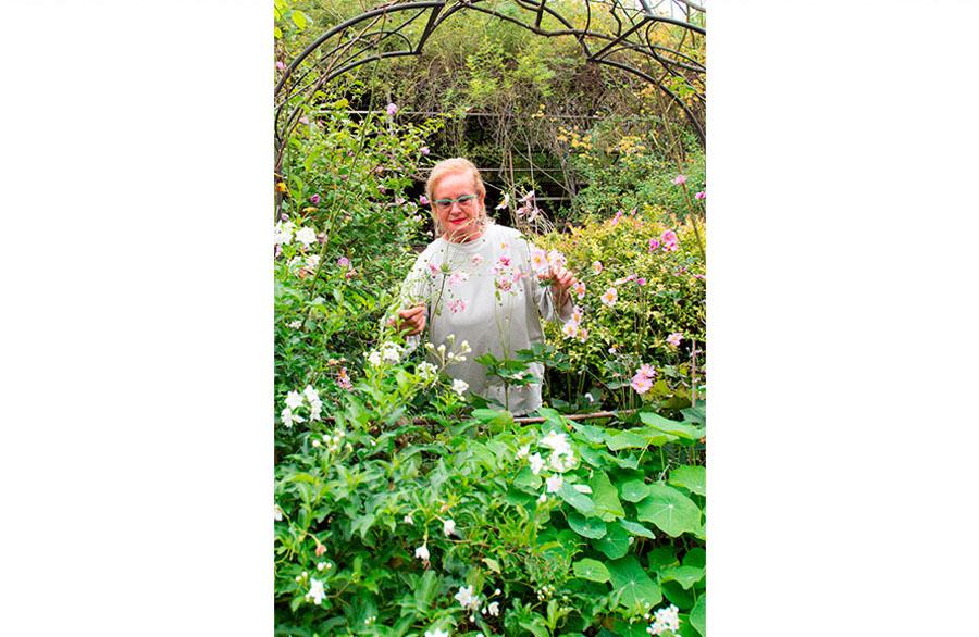 Olimpia Biasi, pittrice - nel giardino in mezzo alle piante