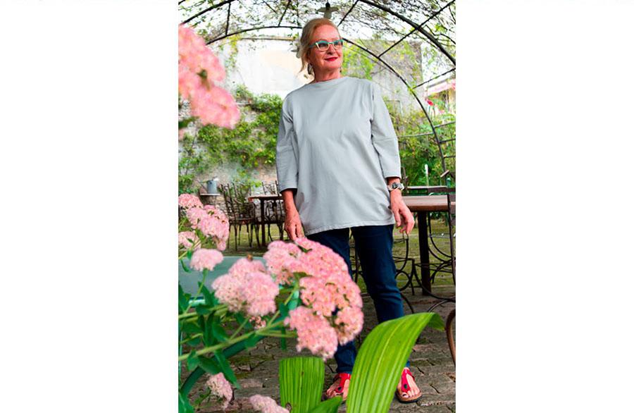 Olimpia Biasi, pittrice - in piedi sorridente nel gazebo