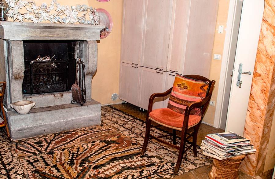 Olimpia Biasi, pittrice - interno dell'abitazione. Il camino e una seduta antica
