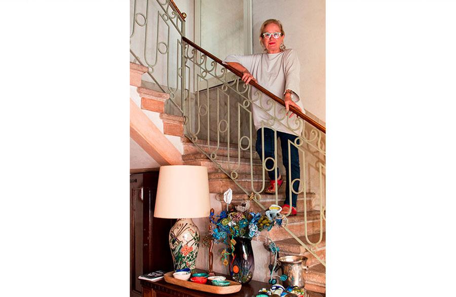 Olimpia Biasi, pittrice in piedi sulla scalinata di casa - interno