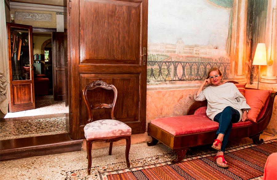Olimpia Biasi, pittrice - nella sua dimora storica in posa sulla chaise longue