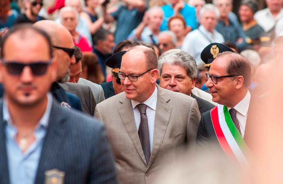 Alberto II di Monaco in mezzo alla folla di Noto