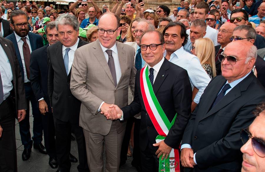 Alberto di Monaco II stringe la mano al sindaco di Noto in mezzo alla folla del paese
