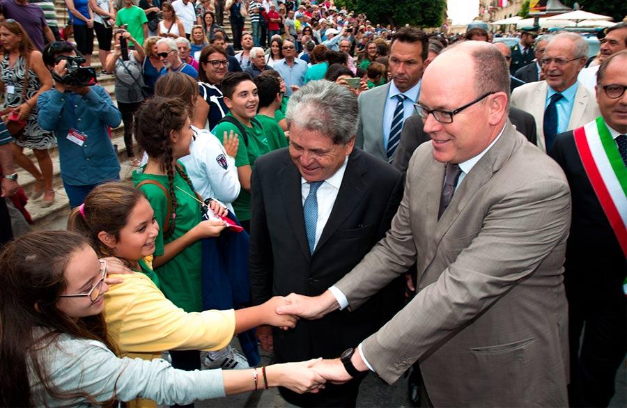 Alberto II di Monaco in mezzo alla folla di Noto stringe le mani ai bambini