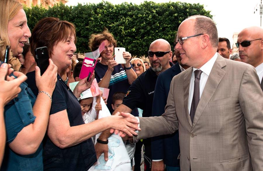 Alberto II di Monaco in mezzo alla folla di Noto stringe le mani alla gente