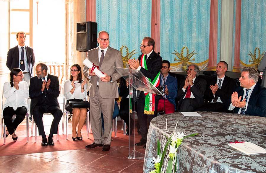 Alberto II di Monaco riceve dal sindaco la pergamena quale cittadino onorario