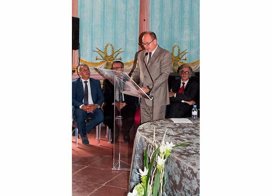 Alberto II di Monaco legge durante la cerimonia