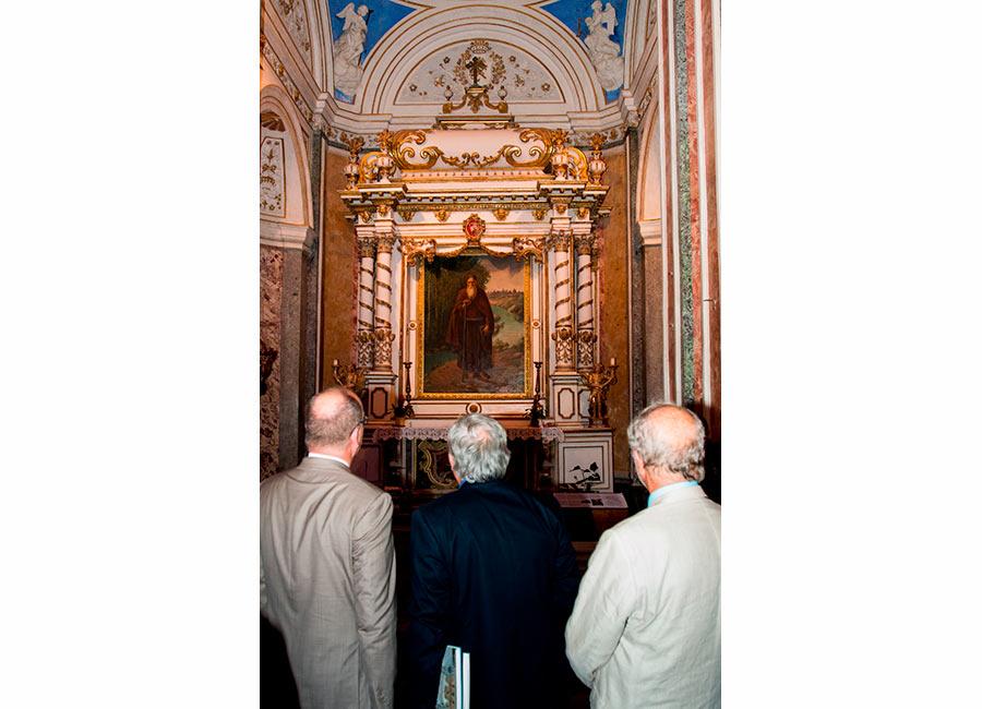 Alberto II di Monaco guarda l'altare della basilica di Noto