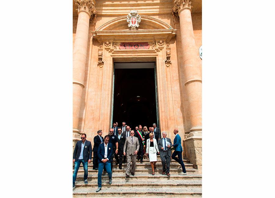 Alberto II di Monaco in posa sulla scalinata della basilica di Noto