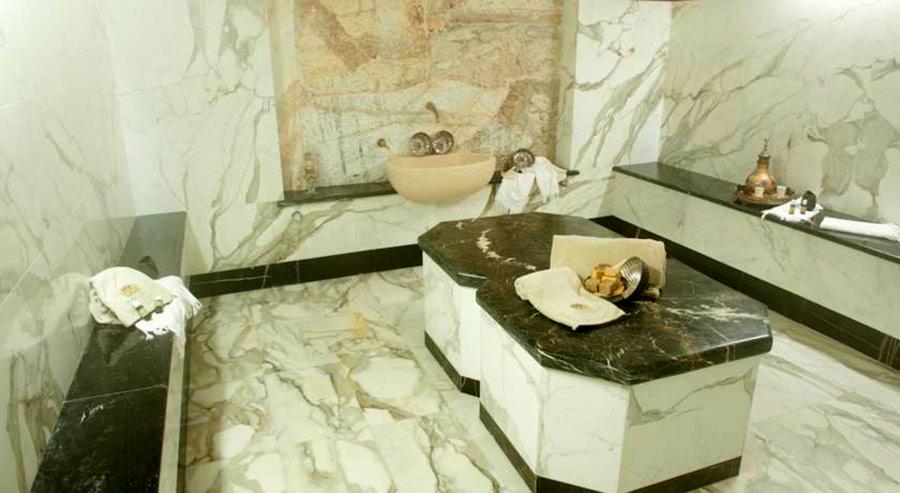 relais il bottaccio il bagno con marmi screziati e neri