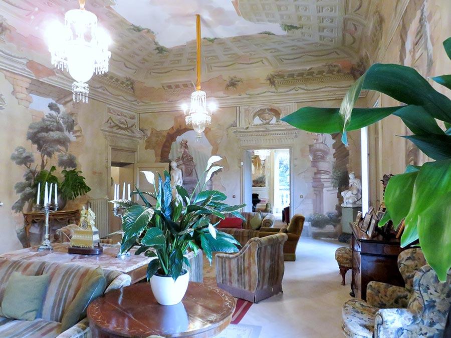 Ville di Lusso: villa tasca, grande salone affrescato con divani e poltrone e lussuosi lampadari di cristallo