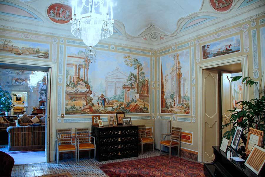 Ville di Lusso: villa tasca, sala con pianoforte e scrittoio, affreschi su tutte le pareti