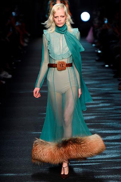 wishlist - la modella indossa un abito in chiffon annodato al collo con pelliccia decorativa in vita e sull'orlo - blumarine