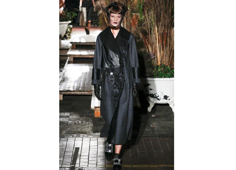 guanti-antonio-marras-guanti-in-pelle-nera-portati-con-cappotto-doppio-petto-e-collo-di-pelliccia-Completa-il-look-una-veletta-calata-sul-viso