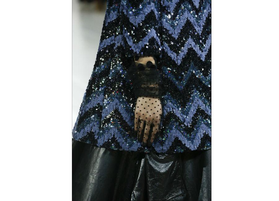 guanti-marc-jacobs-guanti-corti-in-tulle-nero-ricamati a pois-arricchiti-da-dettagli-preziosi-al-polso