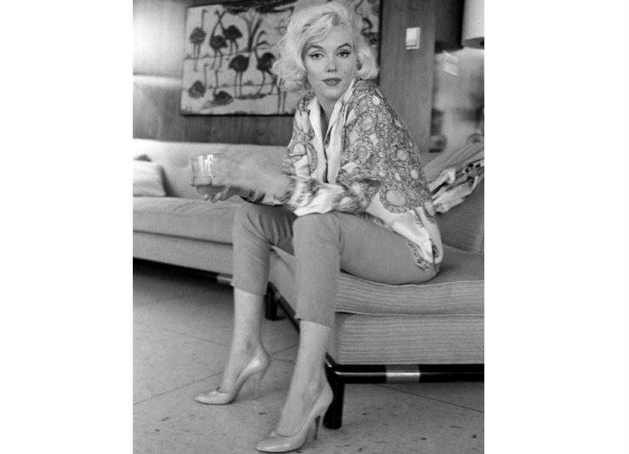 marilyn-monroe-marilyn-monroe-in-uno-scatto-mentre-indossa-la-camicia-di-pucci_-foto-george-barris
