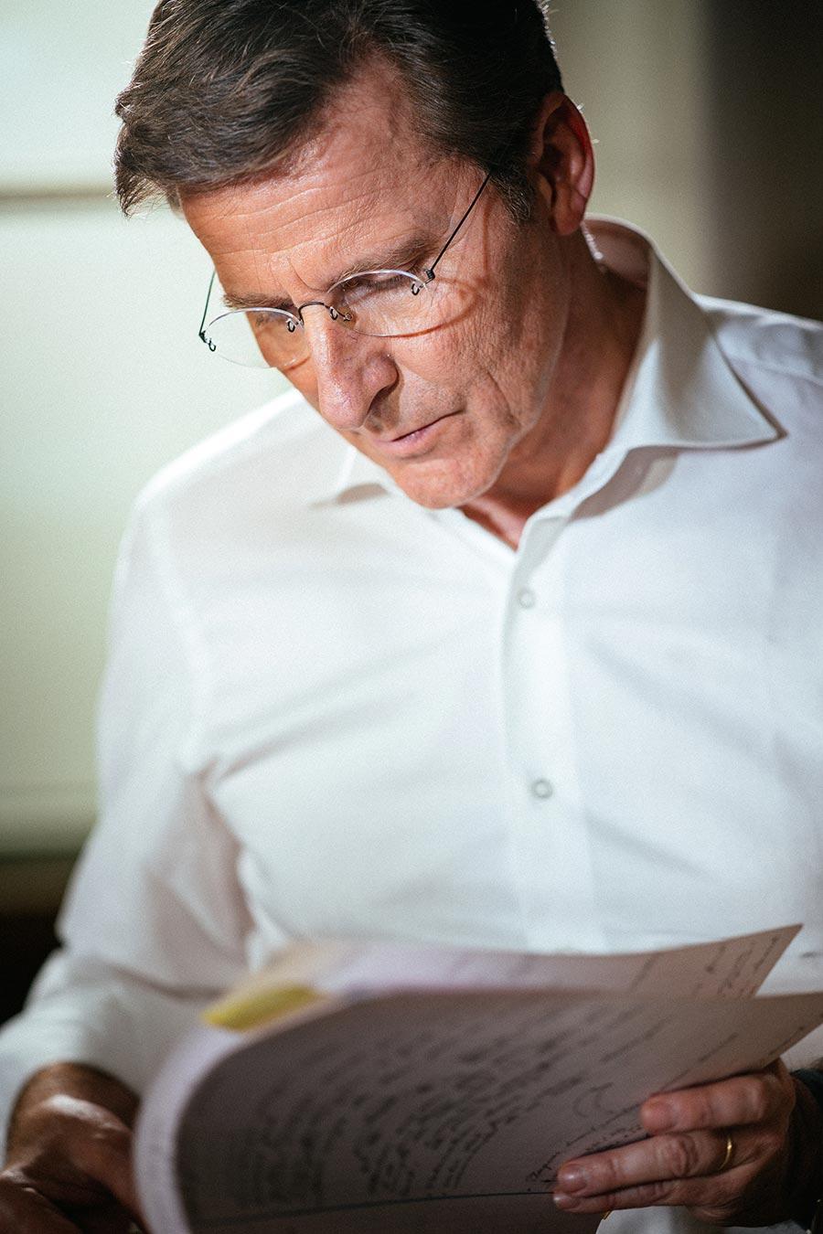 parmigiani-fleurier il maestro parmigiani mentre legge