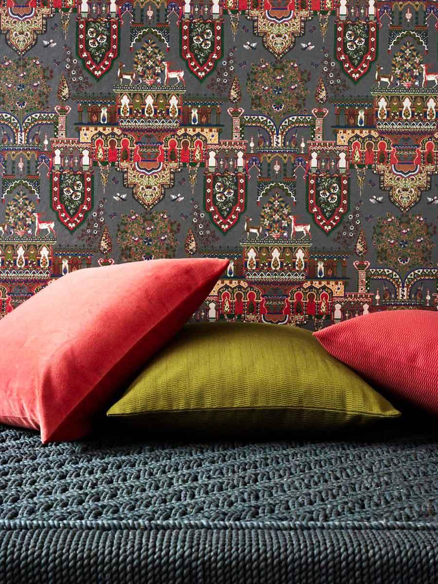 Pierre Frey, tessuto parete da mille una notte, cuscini in seta e tappeto intrecciato