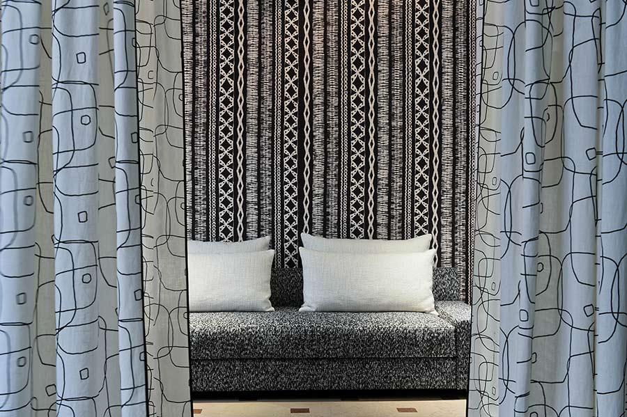 Pierre Frey equilibri di colore dal nero al grigio chiaro nei tessuti d'arredo: dal divano, ai tendaggi ai cuscini
