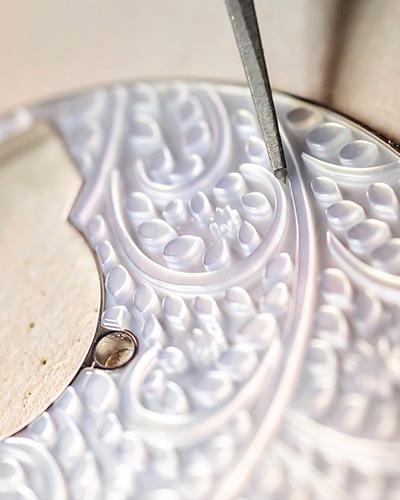 Girard-Perregaux Cat's Eye Tourbillon con Ponte d'Oro dettaglio della cesellatura a mano
